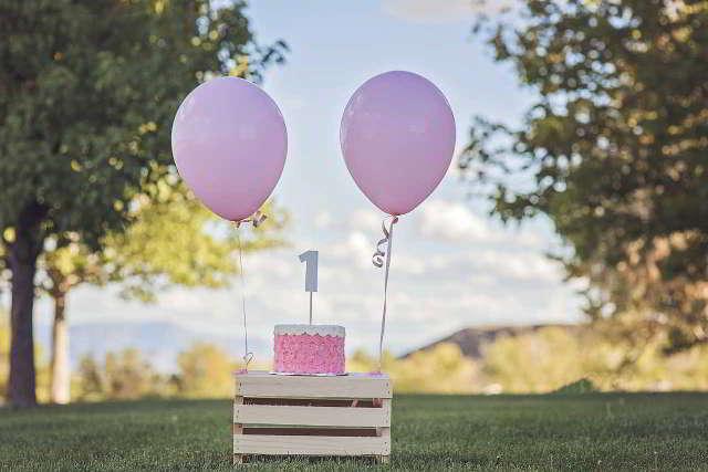 Heliumballons mit Glückwünschen steigen zu lassen